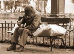 Pobre sentado en un banco