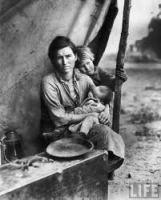 Mujer acunando a su hijo