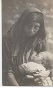 Mujer dando de mamar a su hijo