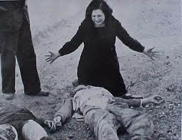 Madre llorando a su hijo muerto