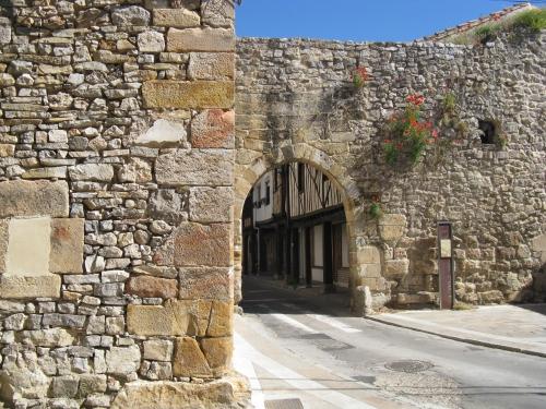 Aguilar-Muralla-Puerta de la Tobalina
