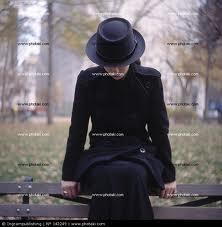 Mujer joven sentada en un banco