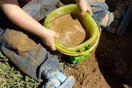 Niño jugando con la tierra
