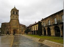 Plaza y Colegiata de Aguilar en día de lluvia