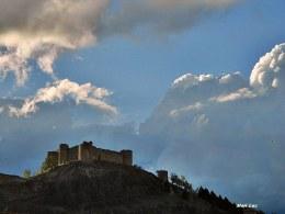 El Castillo bajo las nubes..