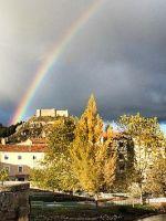 Castillo de Aguilar bajo el arco iris