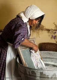 mujer-lavando-ropa
